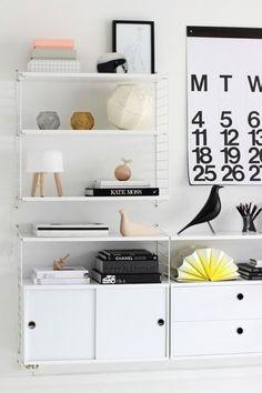 Få inspiration til indretning af stuen. En String reol er en klassik og moderne reol til stuen. En reol der kan dække mange forskellige opbevarings behov.