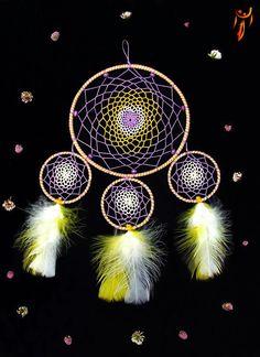 Atrapasueño decorativo hecho por Naghi Atrapasueños. Encuentralo disponible en Etsy!