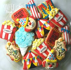Circus Cookies and Cake Using Modified Cookie Cutters Crazy Cookies, Iced Cookies, Cute Cookies, Royal Icing Cookies, Cupcake Cookies, Sugar Cookies, Circus Food, Circus Theme Cakes, Themed Cakes