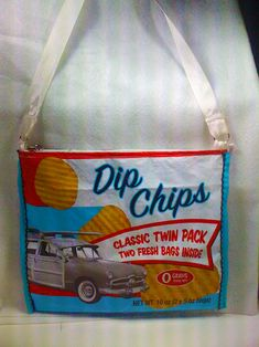 I made a potato chip shoulder bag today. I was in the mood to make something. It's been a while, I started messing around with some plastic and before you know it I made this really cool bag. Girl Scout Cookie Sales, Girl Scout Cookies, Diy Tote Bag, Tote Purse, Reduce Reuse Recycle, Upcycle, Plastic Recycling, Potato Chip, Feed Bags