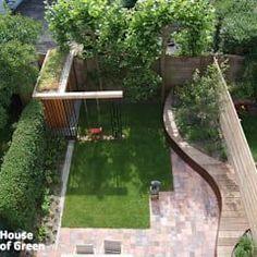 Overzicht slingerbank met tuinhuis: moderne Tuin door House of Green