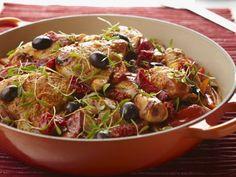 Hähnchen mit Oliven und Paprika auf baskische Art ist ein Rezept mit frischen Zutaten aus der Kategorie Hähnchen. Probieren Sie dieses und weitere Rezepte von EAT SMARTER!