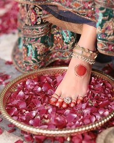 Toe-Rings are part of the Solah-Shringar of an Indian Bride & a traditional mark… – Tendances en ligne Toe Ring Designs, Henna Designs Feet, Anklet Designs, Indian Wedding Jewelry, Bridal Jewelry, Fashion Wheel, Bridal Lehenga Collection, Ankle Jewelry, Unique Diamond Engagement Rings