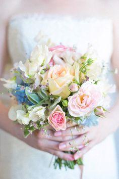 très joli petit bouquet multicolor par mal pour un mariage champetre !