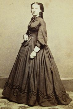 ANTIQUE CIVIL WAR ERA CDV PHOTO LOVELY YOUNG WOMAN IN PRETTY HOOP DRESS CHICAGO