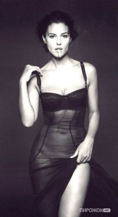 """the Italian actress Monica Bellucci photographed for """"Vanity Fair"""" by Italian fashion photographer Gian Paolo Barbieri via live journal White Photography, Fashion Photography, Photography Poses, Foto Glamour, Beautiful People, Beautiful Women, Simply Beautiful, Beautiful Images, Italian Actress"""