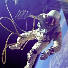 Gemini 4 astronaut Ed White becomes the first American to walk in space, June (NASA) Centre Spatial, Mayor Tom, Project Gemini, Nasa Goddard, Nasa Photos, Nasa Images, Space Race, Space Center, Space Photos