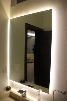 Acentos empotrados detrás de espejos de baños y cajillos en plafones.