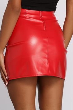 Red Skirt Outfits, Winter Skirt Outfit, Sexy Outfits, Black Leather Mini Skirt, Faux Leather Skirt, Leather Dresses, Leather Skirt Outfits, Mini Skirt Style, Red Mini Skirt