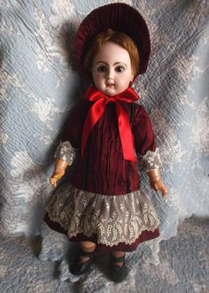Preciosa muñeca Jumeau http://lapoupee.buffy-cazavampiros.com/index.php?option=com_content&view=article&id=264:bellisima-muneca-jumeau-reclame&catid=21:munecas-de-porcelana-francesas&Itemid=17