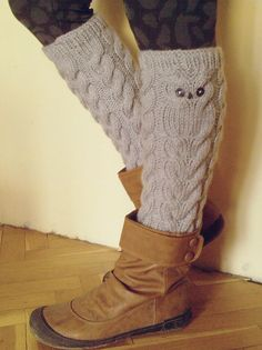 Leg warmers WITH an Owl! (idea for crochet or tunisian) Knitted Boot Cuffs, Crochet Boots, Knit Boots, Knit Or Crochet, Knitting Socks, Hand Knitting, Knitted Hats, Crochet Leg Warmers, Knitting Accessories