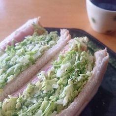 沼サンの特徴は、なんといってもこのボリュームのあるたっぷりキャベツ! キャベツとベーコンとチーズを、トーストしたパンに挟むのが沼サンの基本です。