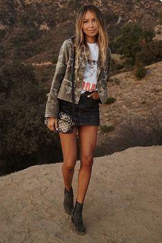 Musa do estilo: Julie Sariñana. Jaqueta verde camufalda, t-shirt branca estampada, minissaia preta desbotada, ankle boot cinza