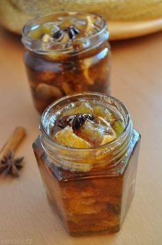 Pečený čaj ovoce (citrony, mandarinky, pomeranče, kiwi, kaki, jablka, rybíz) – citron doporučuji jeden, cukr krystal, hřebíček, celá skořice, hvězdičky badyánu, případně zázvor, pár kapek alkoholu Všechno ovoce dejte na vyšší plech a promíchejte. Přidejte cukr dle sladkosti ovoce, rozházejte hřebíček (6 kusů), rozlámaný svítek skořice a 3 badyánové hvězdičky. Chcete-li, nakrájený čerstvý zázvor, na 200° 30 min, po 10 - 15 min promíchejte. Plňte ještě horké do čistých skleniček
