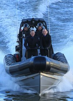 Thrill-seekers: Daniel Craig & Rory Kinnear were on The Thames filming #SPECTRE ( Daily Mail 15/12/14 )