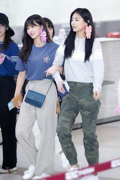 Twice-Momo & Tzuyu 180927 Gimpo Airport to Japan Fashion Idol, Kpop Fashion Outfits, Blackpink Fashion, Asian Fashion, Petite Fashion, Korean Airport Fashion, Twice Tzuyu, Kpop Mode, Chaeyoung Twice