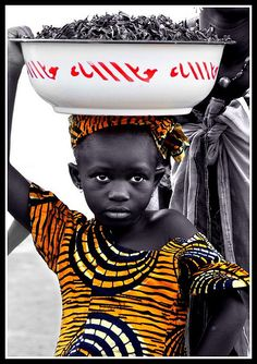 Africa | Selling on the road. Somewhere between Segou and Mopti. Mali | ©Clara Cabezas