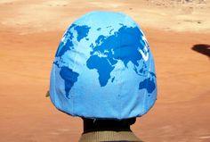 Un Casque bleu sur le terrain, dans une des 16 opérations de maintien de la paix actuellement en cours à travers le monde... En savoir + sur les opérations de maintien de la paix : http://www.un.org/fr/peacekeeping/operations/index.shtml