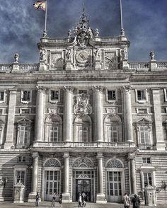 Aquí no hay quien viva  Palacio Real de Madrid  Dedicado a mi amigo @fralex80 al que no he podido acompañar este fin de semana. Un iger más grande que este palacio!!! #nature #photography