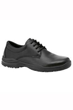 El zapato de la marca Fal que estas viendo de piel hidrófuga transpirable, es cerrado por detrás con cordones adaptándose perfectamente a tus pies. Es resistente al deslizamiento sobre baldosa y acero. Cuenta con una suela resistente a los hidrocarburos, antideslizante y antiperforación. Posee una suela aislante contra el frío. #MasUniformes #RopaLaboral #UniformesDeTrabajo #VestuarioOnline #Zapatos #CalzadoLaboral