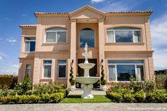 """#CASA Distinguida y sin pretensiones, obra de los arquitectos Gustavo Santos y Javier Marrero, esta casa estilo """"Villa Italiana"""" es simplemente maravillosa."""