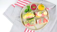 Miam ! Des petites nems aux fruits pour le plus grand plaisir de nos papilles ! Dessert Original, Fresh Rolls, Breakfast, Ethnic Recipes, Diy, Food, Asian Cuisine, Sugar, Gourmet Desserts