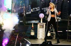 Pin for Later: Eisige Temperaturen halten Taylor Swift nicht davon ab ein Crop Top zu tragen