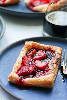 balsamic white wine strawberry tarts - the easiest puff pastry dessert! Puff Pastry Desserts, Puff Pastry Recipes, Köstliche Desserts, Tart Recipes, Delicious Desserts, Dessert Recipes, Cooking Recipes, Yummy Food, Puff Pastries