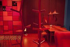 Treze empresas dinamarquesas de mobiliário se uniram na mostra Danish Chromatism, montada na Triennale. Inspirada na série 'Homenagem ao Quadrado', de Josef Albers, a exposição trazia ambientes monocromáticos com móveis clássicos e novíssimos