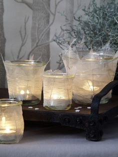 Kerzenlicht sorgt in der dunklen, kalten Jahreszeit mehr für Gemütlichkeit denn je. Kein Wunder, das wir nicht genug Windlichter im Haus haben können. Hier kommt eine ganz besondere DIY-Idee.