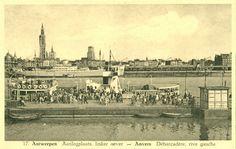 De aankomst van de overzetboot, veerboot op linkeroever, met tal van passagiers die aankomen terwijl anderen zich naar het schip begeven om te vertrekken naar rechteroever. Foto jaren 1930.