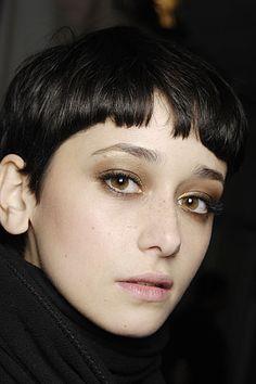 今度のヘアスタイルは セシリア・メンデスみたいなショートにしたい。。 秋だし どんぐりみたいな・・・ かわいい・・! メイクもして...