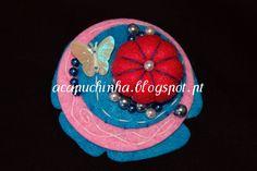 Pregadeira feita em feltro, pérolas e borboleta - Produto de autor - Peça única