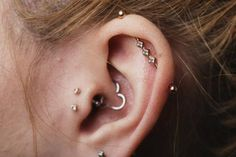 Rose gold industrial bar thanks to BVLA along with genuine diamonds in tragus piercings and a Leroi heart in the daith piercing. Tragus Piercings, Piercing Tattoo, Cute Ear Piercings, Bar Ear Piercing, Small Gold Hoop Earrings, Emerald Green Earrings, Peridot Earrings, Diamond Earrings, Ear Piercings