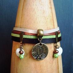 Bracelet tilda - cuir marron et suédine verte, cuivrée, blanc irisé, sequins émaillés écrus, breloque et perles