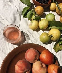 Fruits and citrus at the picnic Summer Aesthetic, Aesthetic Food, Flower Aesthetic, Blue Aesthetic, Aesthetic Fashion, Little Lunch, Italian Summer, Food Styling, Food Photography