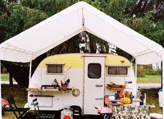 Loving the canopy over the glamping camper. Vintage Rv, Vintage Campers, Caravan Vintage, Retro Campers, Vintage Caravans, Vintage Travel Trailers, Happy Campers, Vintage Motorhome, Vintage Airstream