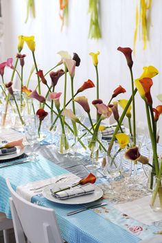 Para convertir una mesa en una fiesta de primavera sólo necesitamos unas callas y copas extra en la mesa.