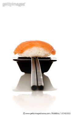 Sushi Menu, Sushi Party, Food Poster Design, Food Design, Arte Do Sushi, Oshi Sushi, Food Plating Techniques, Salmon Sushi, Food Photography Tips