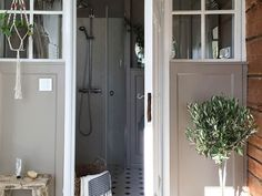 Raw Design blogista tuttu Peeta uudisti kylpyhuoneen lämpimän maanläheisellä Vulkaniitti-sävyllä S486. Uusi sävy on kuin mutaan taittavan beigen ja harmaan yhdistelmä, trendikäs 'greige'. Kylpyhuoneen kauniit paneelit ja katto saivat himmeän maalipinnan.