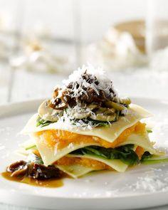 Deze open ravioli met pompoen en porcini is een prachtig voorgerecht waarmee je elke vegetariër maar ook carnivoor aan de feesttafel heel blij zal maken.