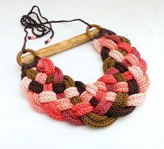 Collana maglia, treccia fatta dalle tonalità del marrone e rosa filati colorati con anelli in legno. La lunghezza della parte a maglia è 30 cm/11,8 la