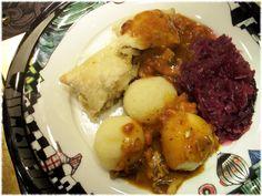...Lauras Hauptgericht: mit Pilzen gefüllte Blätterteigtaschen, Rotkohl und Klöße...