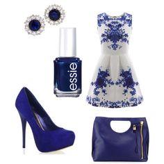 Blauw/witte jurk met blauwe pumps, blauwe tas en blauwe diamanten oorbellen en blauw glanzende nagellak.