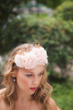 Blush pink floral crown with gold von Pearlandpatinashop auf Etsy
