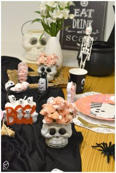 Mesa café da tarde para o Halloween Halloween, Drinks, Cake, Desserts, Candy Table, Embellishments, Mesas, Pie Cake, Tailgate Desserts