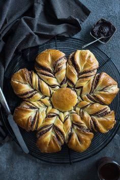 Hefe-Sonne mit Schoko-Mandel-Füllung - einfaches Rezept Cakes, Desserts, Kuchen, Sun, Recipies, Tailgate Desserts, Deserts, Cake Makers, Cake