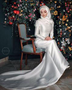 Ideas for wedding photography family poses beautiful Wedding Hijab Styles, Hijabi Wedding, Muslimah Wedding Dress, Hijab Style Dress, Muslim Wedding Dresses, Hijab Bride, Dresses To Wear To A Wedding, Bridal Dresses, Bridal Hijab