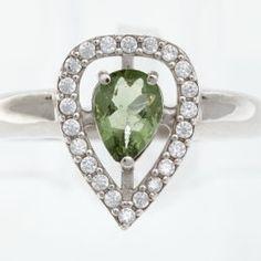 Stříbrný prsten s jihočeským broušeným vltavínem a zirkony ve tvaru kapky. Velikost prstenu: 52 Velikost vltavínu: 5×7 mm Materiál: Stříbro 925/1000, rhodiovaný povrch zabraňující oxidaci a černání. Hmotnost: 3,02 g Heart Ring, Brooch, Rings, Jewelry, Jewlery, Jewerly, Brooches, Ring, Schmuck