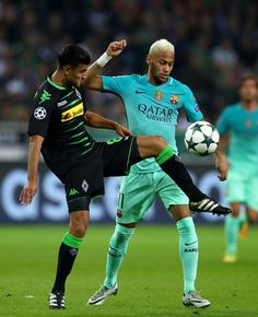 Mahmoud Dahoud of Borussia Moenchengladbach controls the qball under prelssure from Neymar of Barcelona   during the UEFA Champions League group C match between VfL Borussia Moenchengladbach and FC Barcelona at Borussia-Park on September 28, 2016 in Moenchengladbach, North Rhine-Westphalia.